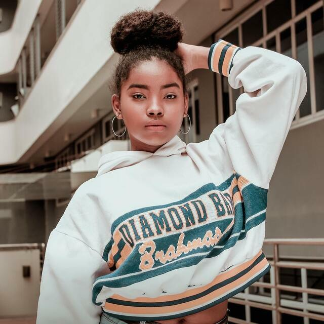 woman displaying example of California style by wearing a cropped sweatshirt