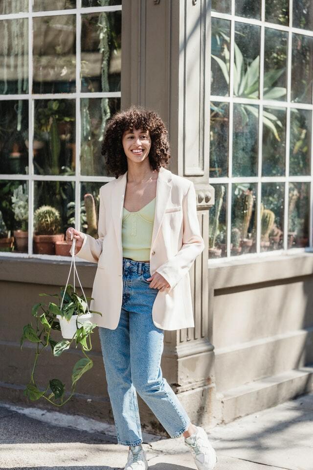 woman wearing boyfriend jeans with blazer